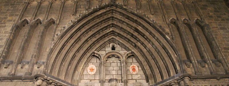 spitzen gotischen Bogen