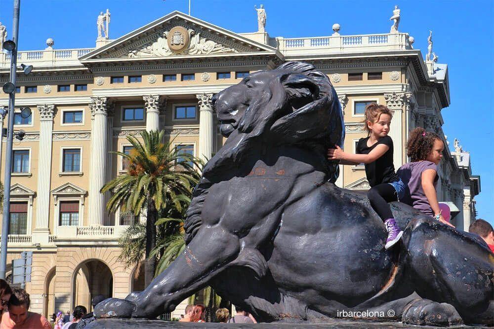 Mädchen auf einem Löwen